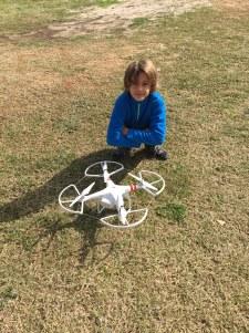 Tom admire le drone