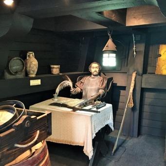 Magellan qui rédige son journal de bord